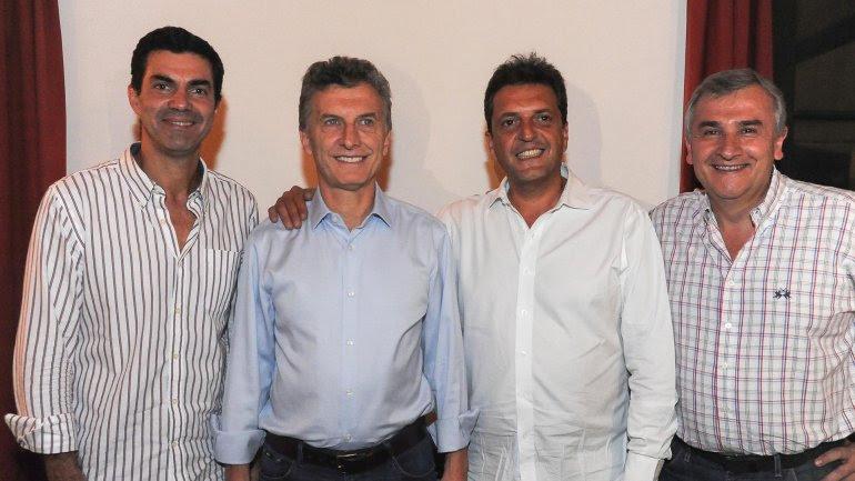 Mauricio Macri junto a Juan Manuel Urtubey, uno de los gobernadores que lo acompañarán al Vaticano