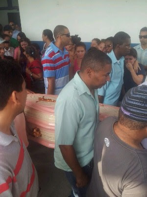 Familiares e amigos carregaram caixão de mulher espancada (Foto: Anna Gabriela Ribeiro / G1)