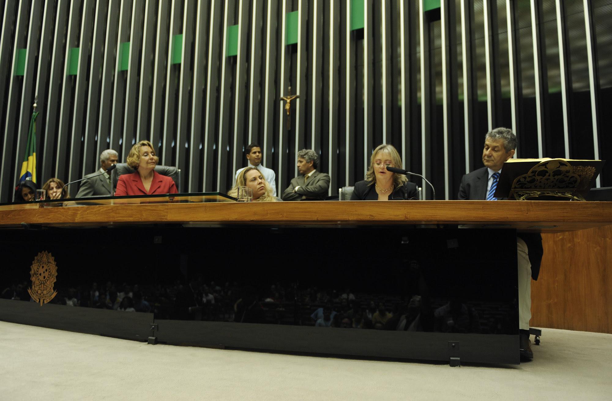 Liane Collares discursa na Mesa da Presidência da Câmara dos Deputados