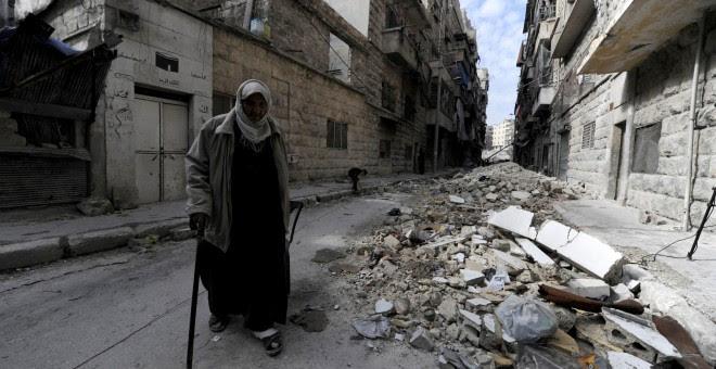Un hombre camina entre las ruinas en Alepo/REUTERS/Omar Sanadiki