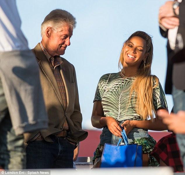 Quem corre o mundo: O ex-presidente Bill Clinton certamente correu para Beyonce no Made In America Festival, na Filadélfia, no domingo - que passou a ser seu 35o aniversário