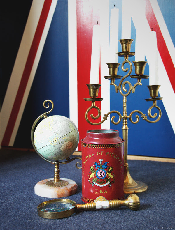 ting, materialistisk tillfredsställelse, aliciasivert, alicia sivertsson, england, uk, united kingdom, flag, globe, candle, candles, tin, jar, jacksons of piccadilly, candelabra, candelabrum, magnifying glass, tin-can, brass, mässing, plåtburk, burk, plåt, jordglob, kandelaber, ljusstake, ljus, stearinljus, stilleben, flagga, storbritanniens flagga, storbritannien, förstoringsglas