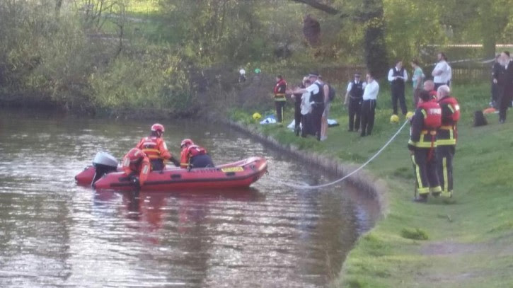 Rescue personal and divers on the scene (London Fire Brigade)