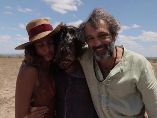 Domingos Montagner, Gabriel Leone e Camila Pitanga no fim de 'Velho Chico' (Foto: Reprodução/TV Globo)