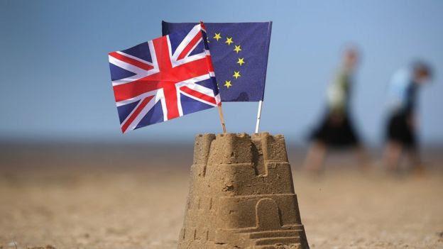 Castillo de arena con banderas