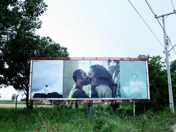 Outdoor com beijo gay antes da depredação