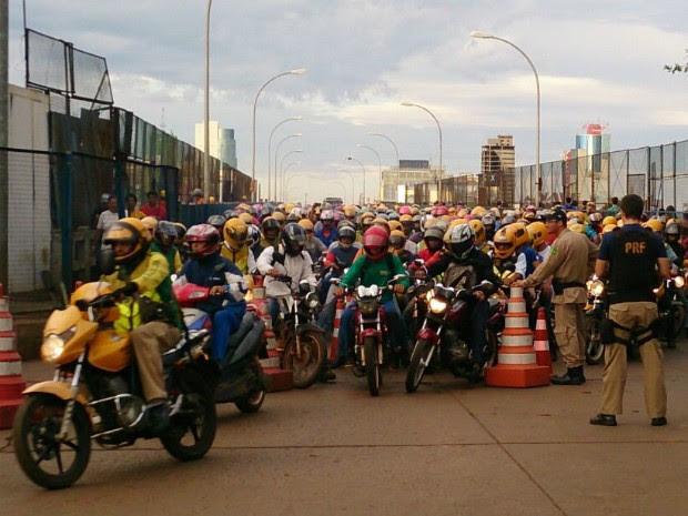 Controle do trânsito sobre a ponte entre Foz do Iguaçu e Ciudad del Este forma 'mar' de mototáxis na fronteira (Foto: Giovani Zanardi / RPC)