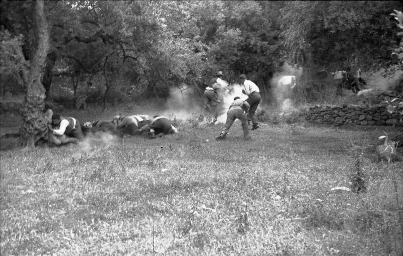 File:Bundesarchiv Bild 101I-166-0525-30,  Kreta, Kondomari,  Erschießung von Zivilisten.jpg