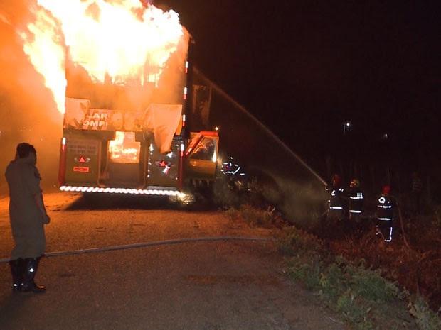 Fogo se alastrou rapidamente pela quantidade de material inflamável no veículo, de acordo com Corpo de Bombeiros (Foto: Reprodução / TV Paraíba)