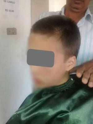 Adolescente tem o cabelo cortado por determinação da mãe (Foto: Reprodução)