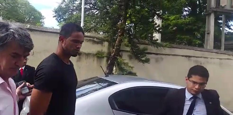 Bruno se apresenta à polícia em Varginha (Foto: Régis Melo)
