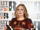 Adele usa look com brilho que não favorece seu corpo no palco do BRIT