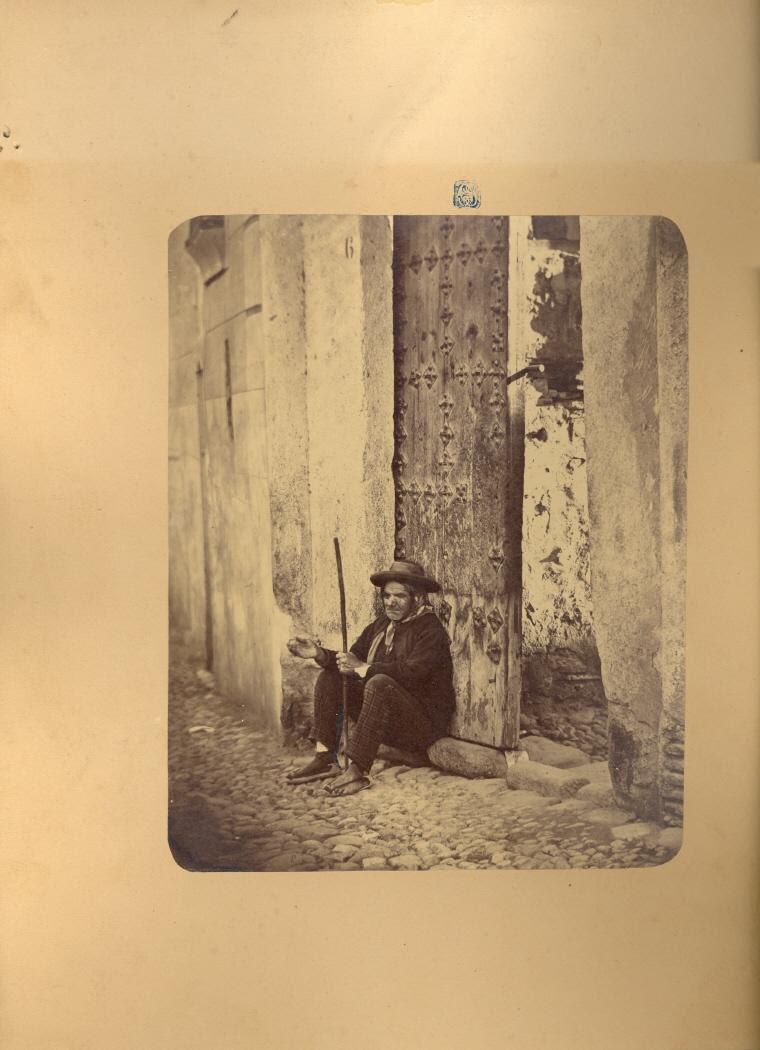Un mendigo en Toledo hacia 1875. Fotografía de Casiano Alguacil © Museo del Traje. Centro de Investigación del Patrimonio Etnológico. Ministerio de Educación, Cultura y Deporte