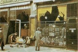 """Negozio ebraico della Potsdamerstrasse a Berlino con le vetrine infrante in seguito alla """"notte dei cristalli"""""""