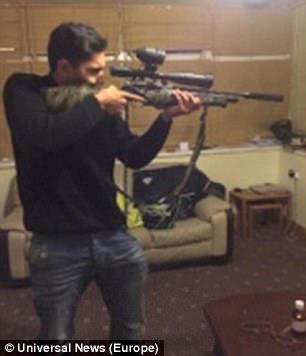 Unmariyat Mirza posant avec un fusil