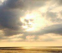 """Após tempestade imagem do """"rosto de Deus"""" aparece nas nuvens em pôr-do-sol na Inglaterra"""