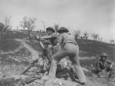Soldati della Brigata ebraica che bersagliano le postazioni tedesche in Italia, 30 marzo 1945