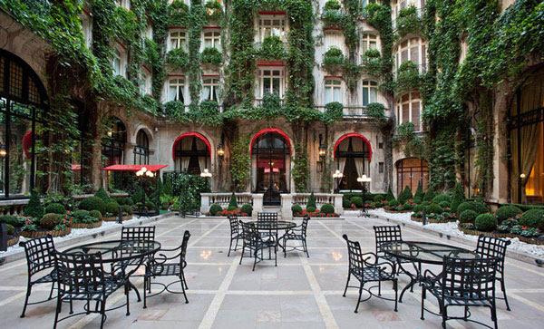 Perierga.gr - Η ομορφότερη εσωτερική αυλή ξενοδοχείου