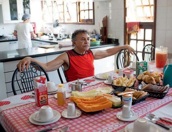 Odilon cuida da alimentação durante café da manhã (Foto:  Emiliano Capozoli/ÉPOCA)