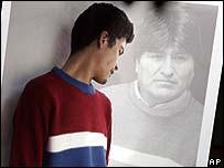 Un modelo viste un suéter al estilo Evo Morales.