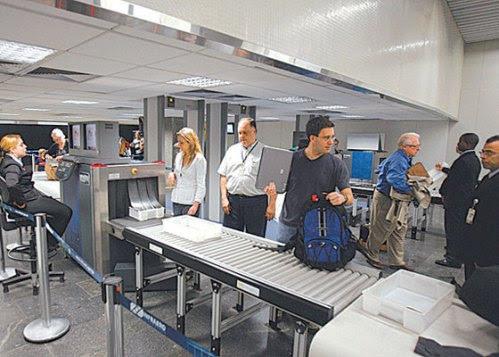 Aeroportos brasileiros se utilizam de portais e aparelhos portáteis para realizar a detecção de metais, e também a revista manual em espaço reservado