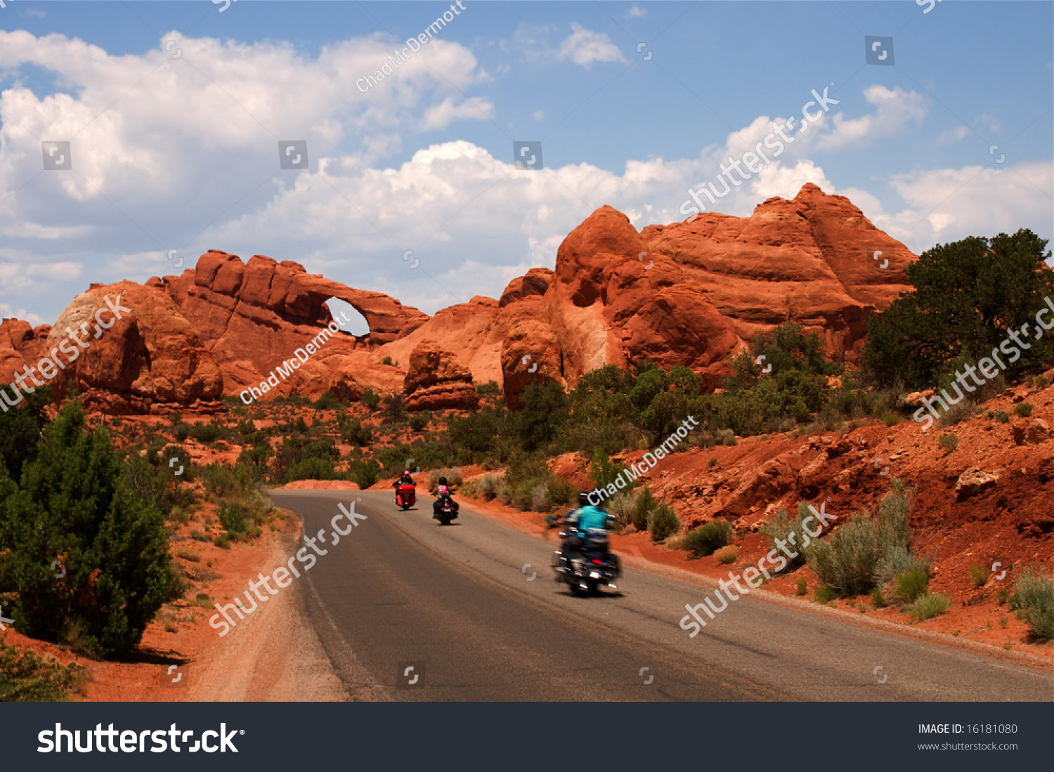 Summer Vacation Travelers Tour Through Arches National ...