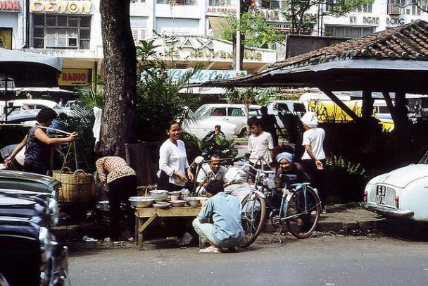 Quán cowm trưa trên đường Nguyễn Huệ (1966). Nguồn:  vietnamese.org.au/