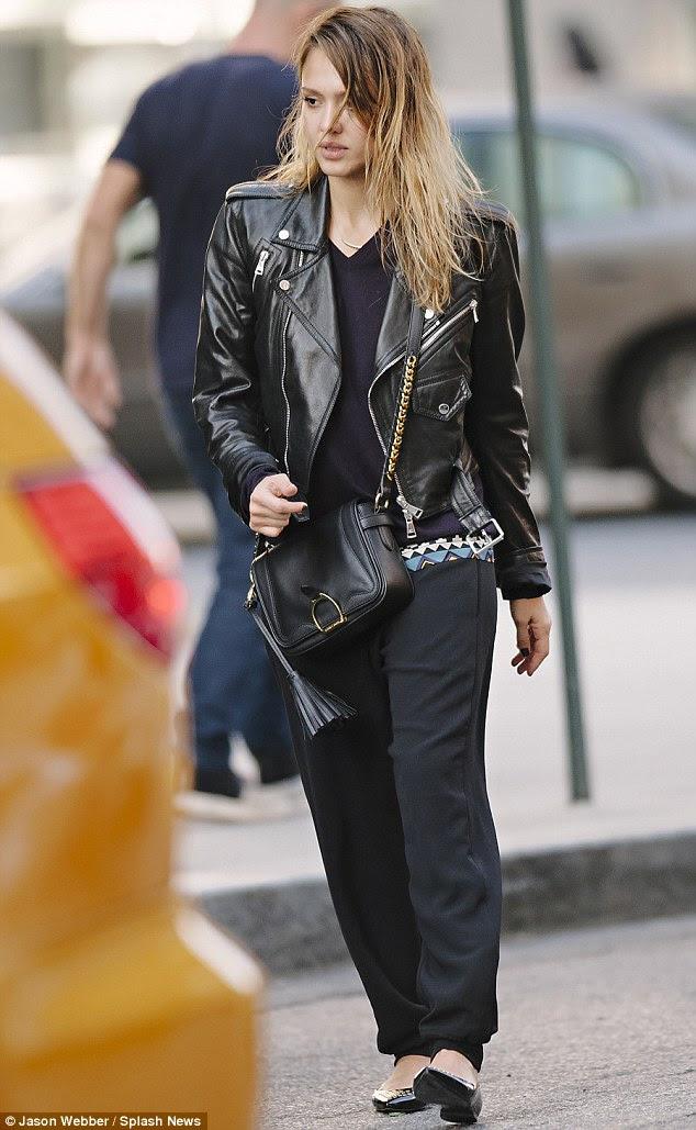 Geri siyah: Jessica bir deri ceket ve siyah daireler Cuma günü Manhattan sokaklarında vurur