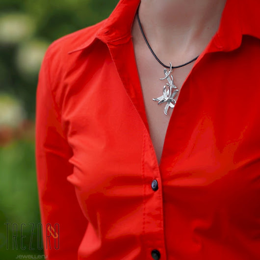 How to choose and wear jewellery to work while looking attractive and appropriate