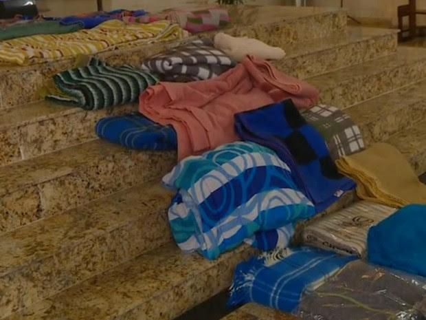 Fiéis fazem tapete de Corpus Christi com cobertores em Porto Alegre (Foto: Reprodução/RBS TV)