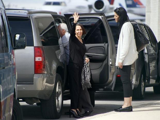 Florinda Meza, viúva de Roberto Gómez Bolaños, acena para jornalistas no aeroporto de Cancún (Foto: Israel Leal/AP)