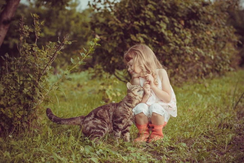 20 crianças brincando com seus gatos que alegrarão o seu dia 02