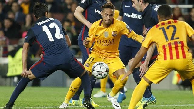 Neymar é cercado por jogadores do Atlético de Madrid