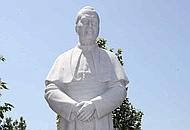 La statua autocelebrativadi Sua Eccellenza Pierro