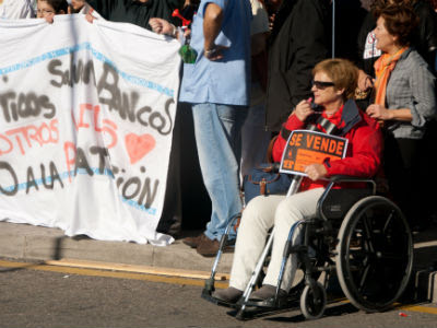 Una mujer protesta contra la privatización de la Sanidad durante una 'marea blanca' en Madrid. GRACIELA RODRÍGUEZ