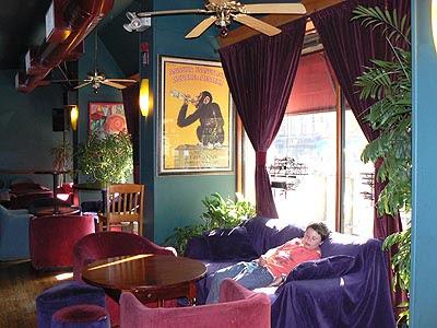paul sur canapé du bar de l'hôtel.jpg