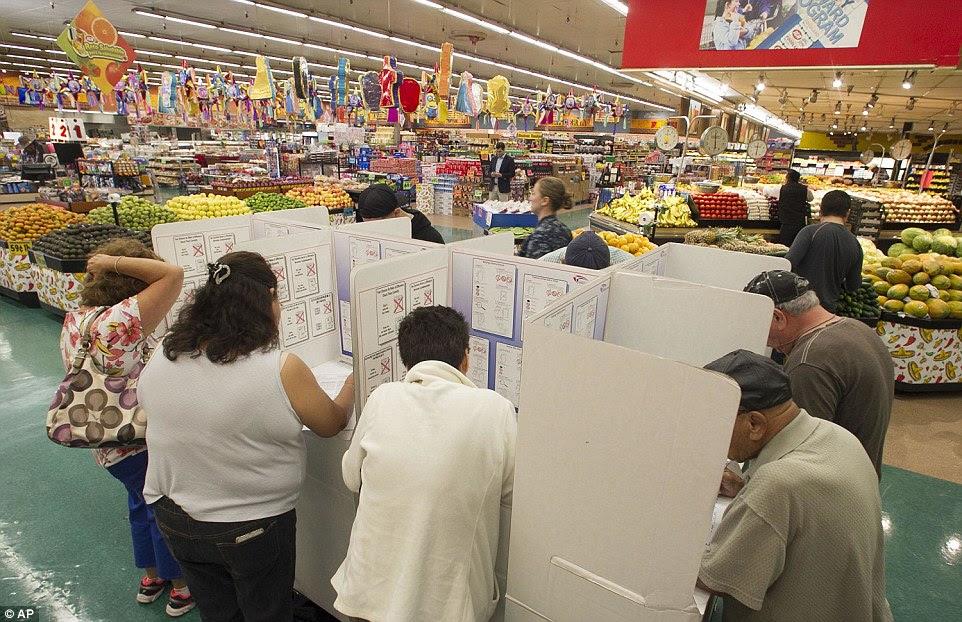 Votar e loja: Eleitores votam no dia da eleição na mercearia Foodland e Mercado em National City, Califórnia