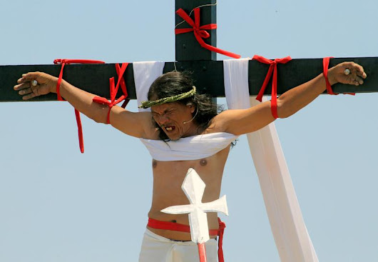 Catholics in the Philippines re-enact crucifixion, pray for drug victims