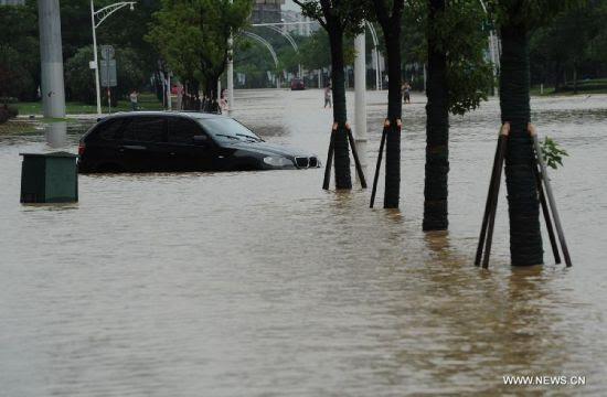 Hình ảnh Người dân Trung Quốc bơi thuyền trên đường phố ngập nước số 1
