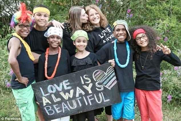 Jennifer (en arrière, à gauche) et Sarah Hart (en arrière, à droite) et leurs six enfants adoptés étaient dans leur VUS quand il a plongé à 100 pieds d'une falaise californienne cette semaine