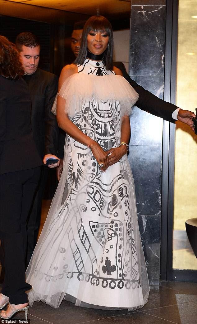 Impressionante: Naomi Campbell atordoa-se com um peculiar vestido de estampa de arte enquanto chega ao jantar de Dior no 71º Festival de Cannes no sábado