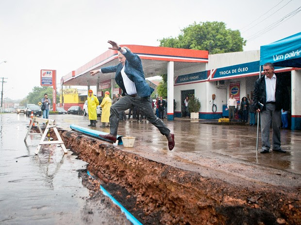 Tarso Genro salta por rede de água em construção no município de Taquari (Foto: Camila Domingues/Palácio Piratini)