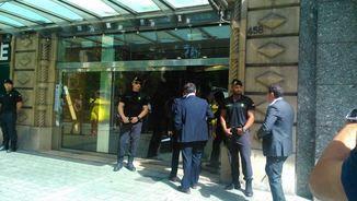 Agents de la Guàrdia Civil escorcollen la seu d'Efial, a Barcelona