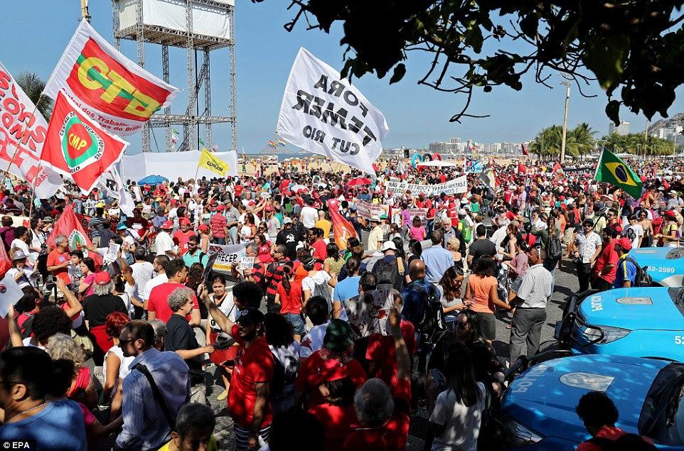 Centenas protestaram contra o evento olímpico eo Governo interino do Michel Temer, no dia da cerimônia