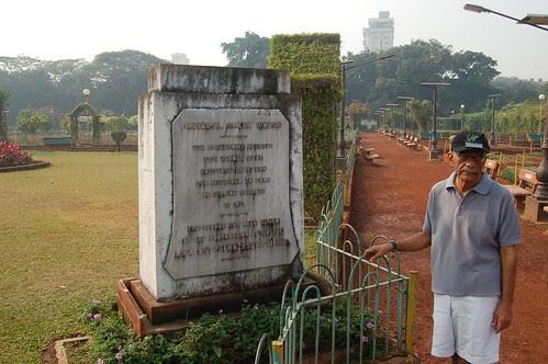 Vor dem Denkmal des hanging garden in Mumbai steht ein indischer Vermögensberater