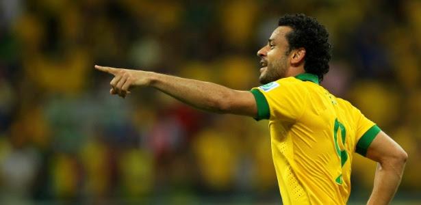 Fred aponta para Marcelo e comemora terceiro gol do Brasil sobre a Itália