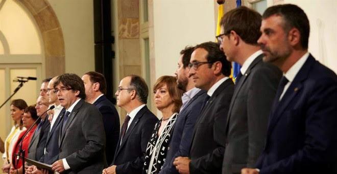 El presidente de la Generalitat, Carles Puigdemont (i), acompañado por los miembros de la mesa durante la declaración institucional tras la firma de la convocatoria del referéndum. | ALEJANDRO GARCÍA (EFE)