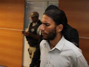 Frank Oliveira da Costa se entregou após negociação com a polícia (Foto: Alberto Maraux/Ascom SSP)