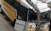 Ônibus do time Criciúma bate em poste (Ônibus do Criciúma bate em poste (Foto: Fernando Ribeiro/Futura Press/ Estadão Conteúdo))