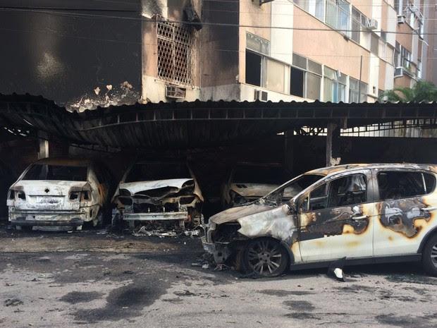 Incêndio destruiu 11 veículos no estacionamento do Educandário Romão Duarte (Foto: G1)